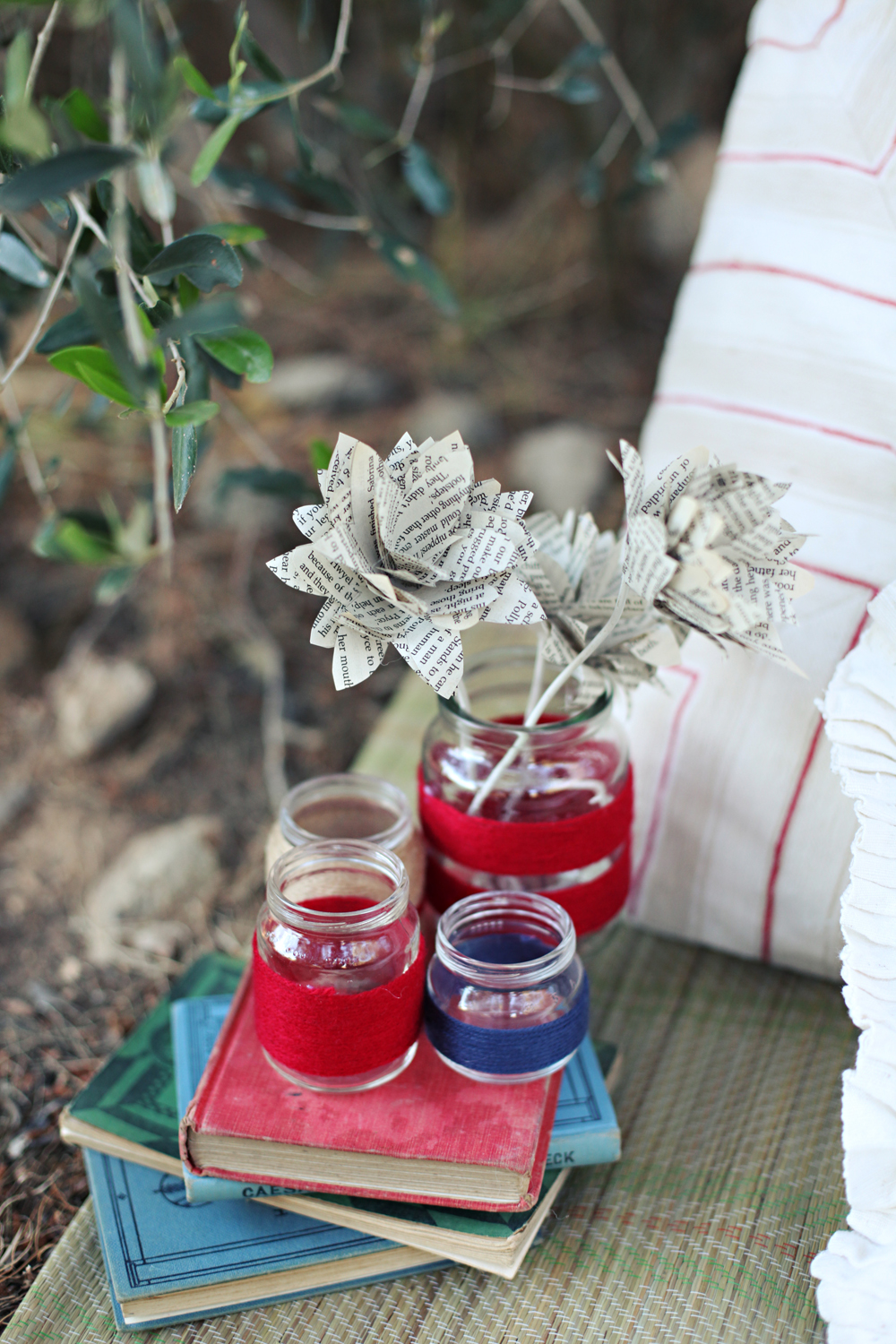 yarn wrapped mason jars red blue paper flowers